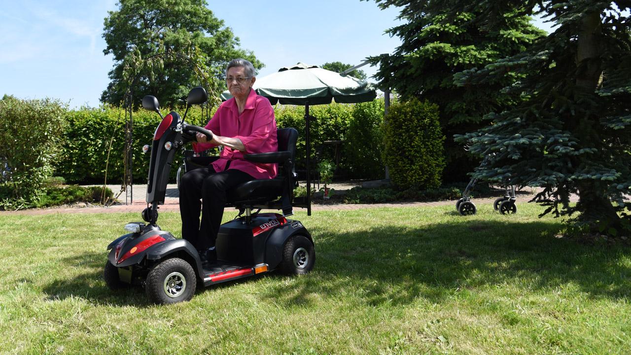 Elektrischer Rollstuhl im Einsatz.