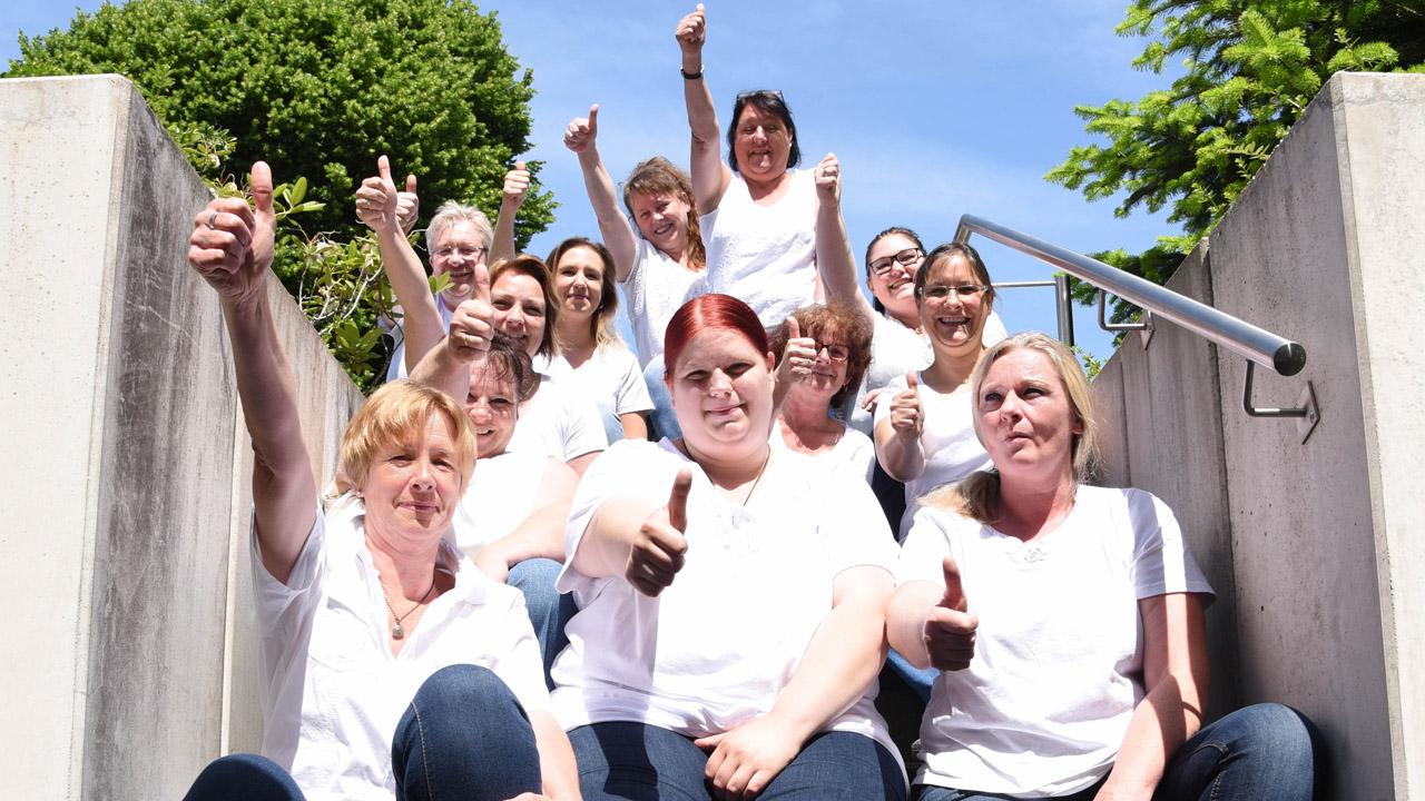 Ein motiviertes Team von Krankenpflegerin haben Spaß am Fotoshooting.
