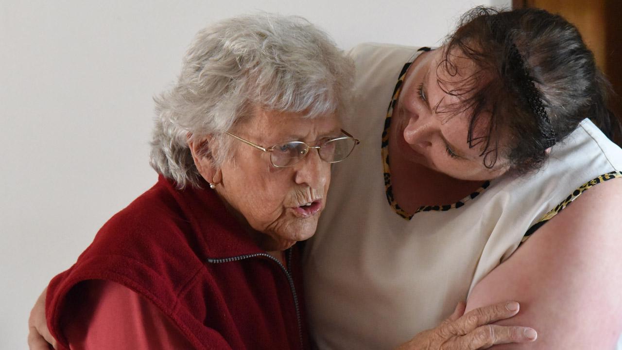Krankenpfleterin kümmert sich um eine Bewohnerin.